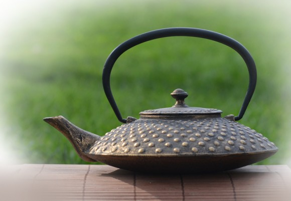 89167-Cast-iron-teapot-gold-800